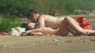 Voyeur caught an older guy fucking a teen girl on the beach